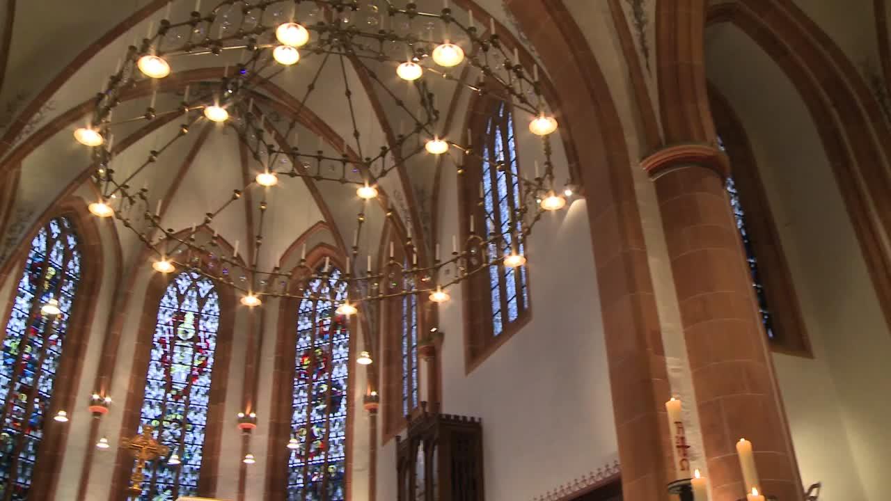 Gotteslobvideo (GL 328): Gelobt sei Gott im höchsten Thron